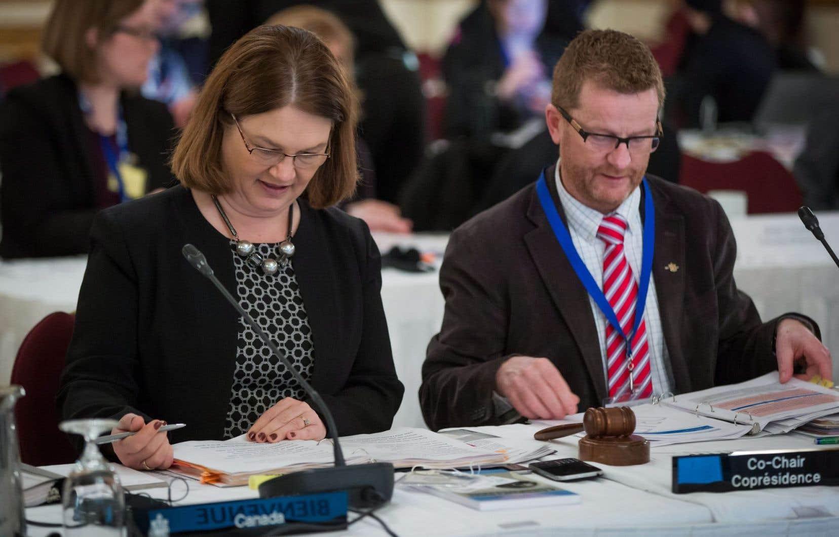 La ministre de la Santé fédérale Jane Philpott (à gauche) et son homologue de la Colombie-Britannique Terry Lake.