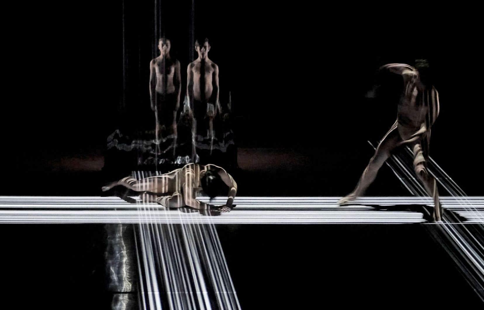 Grâce au design d'interaction créé par Jérôme Delapierre, les danseurs interagissent en temps réel avec l'image et leurs clones virtuels.