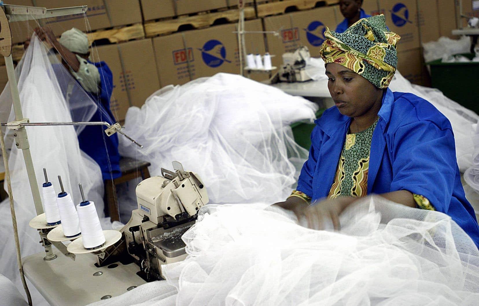 Une employée d'une usine à Arusha, en Tanzanie. Les femmes connaissent 25% à 30% de risques supplémentaires d'occuper un emploi vulnérable dans certains pays d'Afrique subsaharienne.