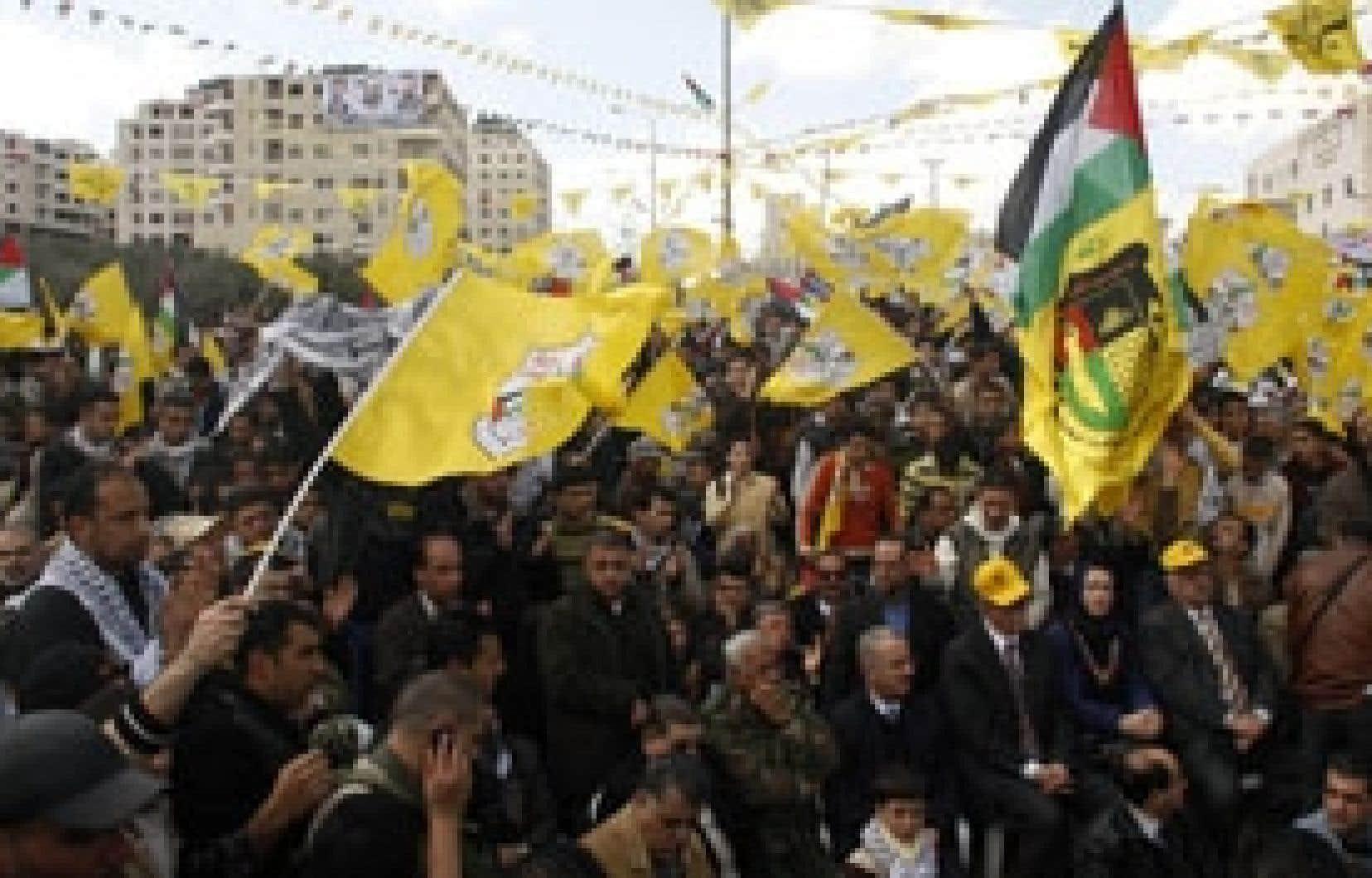 Des partisans du Fatah ont manifesté mercredi à Naplouse pour appuyer Mahmoud Abbas.