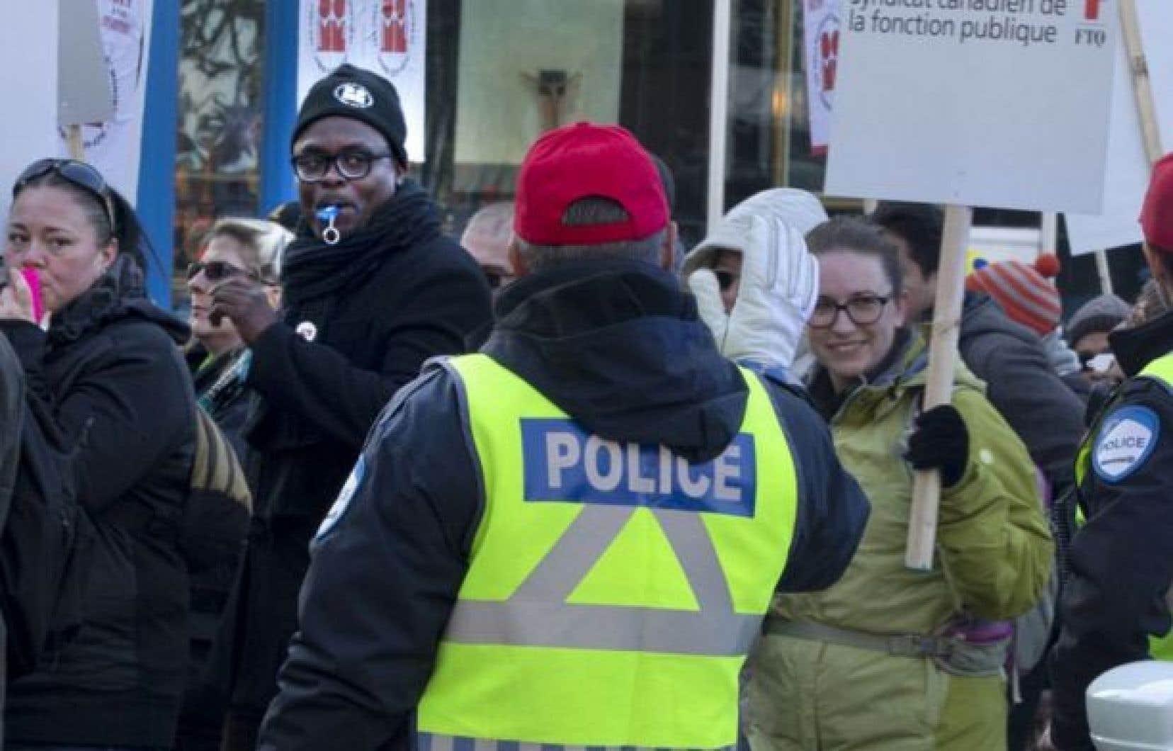 Des cols blancs de la Ville de Montréal lors d'une manifestation en décembre 2015
