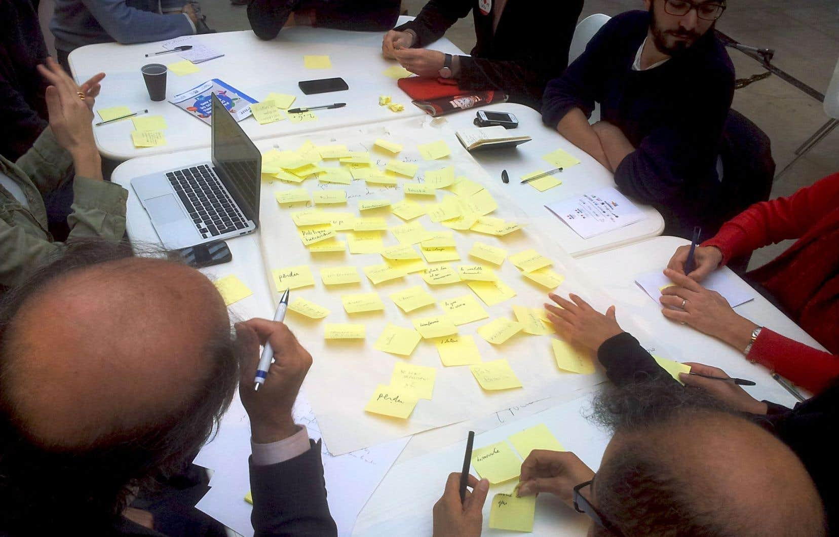 Séance de remue-méninges dans le cadre de l'événement «Gouvcamp: Quelle démocratie sur nos territoires?» organisé en 2014 par le collectif Démocratie ouverte