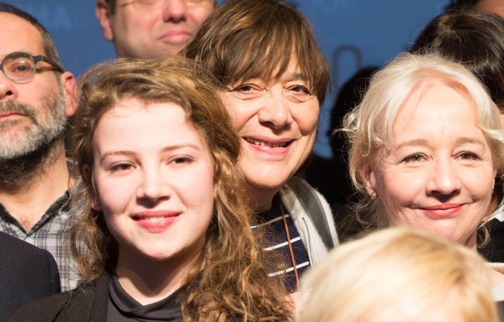 La cinéaste de La passion d'Augustine, Léa Pool (au centre), est en nomination pour la meilleure réalisation, tandis que deux des actrices qu'elle a dirigées dans ce film, Lysandre Ménard et Diane Lavallée (à l'avant-plan), sont en lice pour le prix de la meilleure actrice de soutien.
