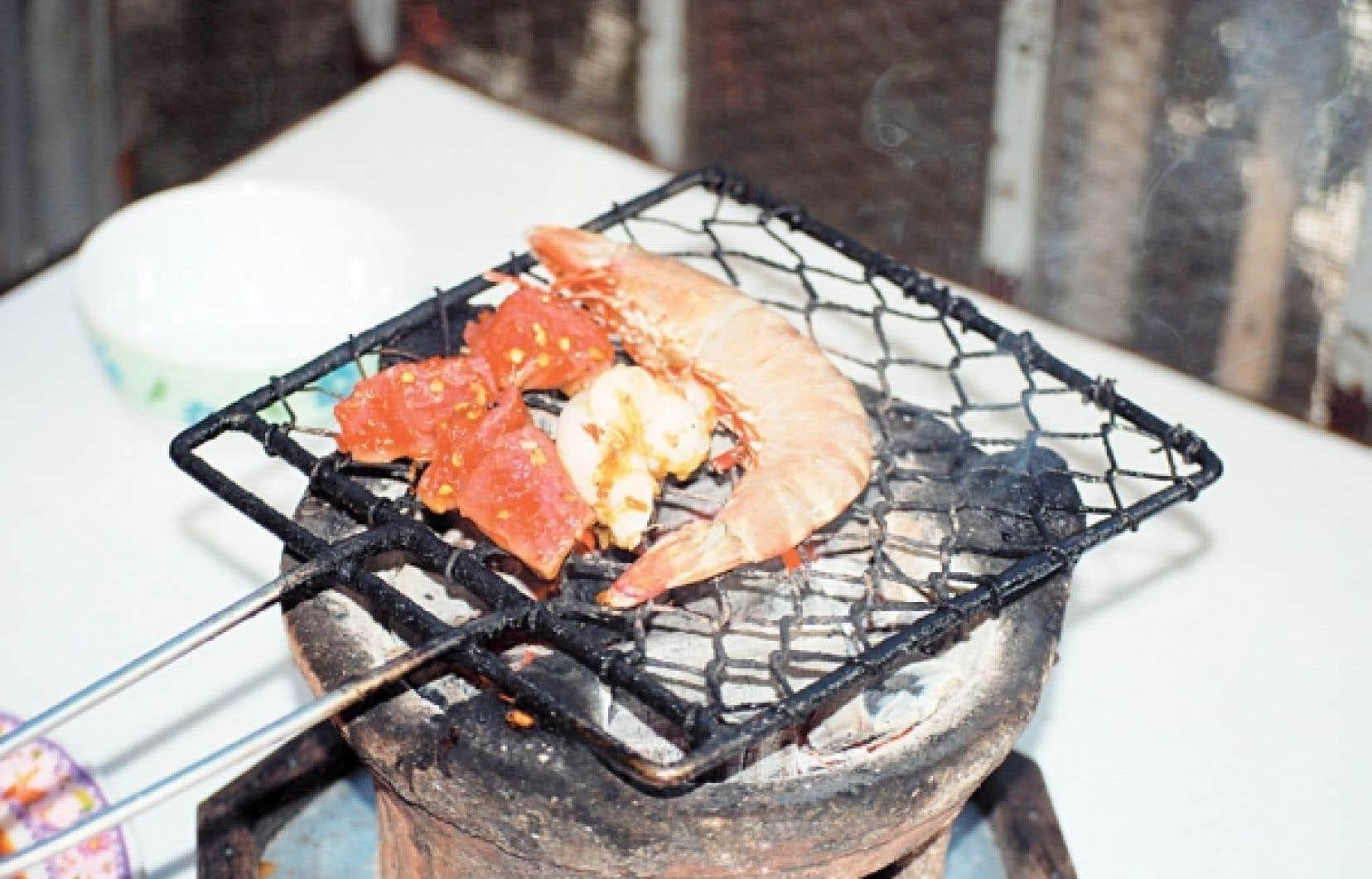 Pour quelques dongs, la devise du Vietnam, il est possible de déguster des crevettes fraiches, des calamars, du boeuf mariné