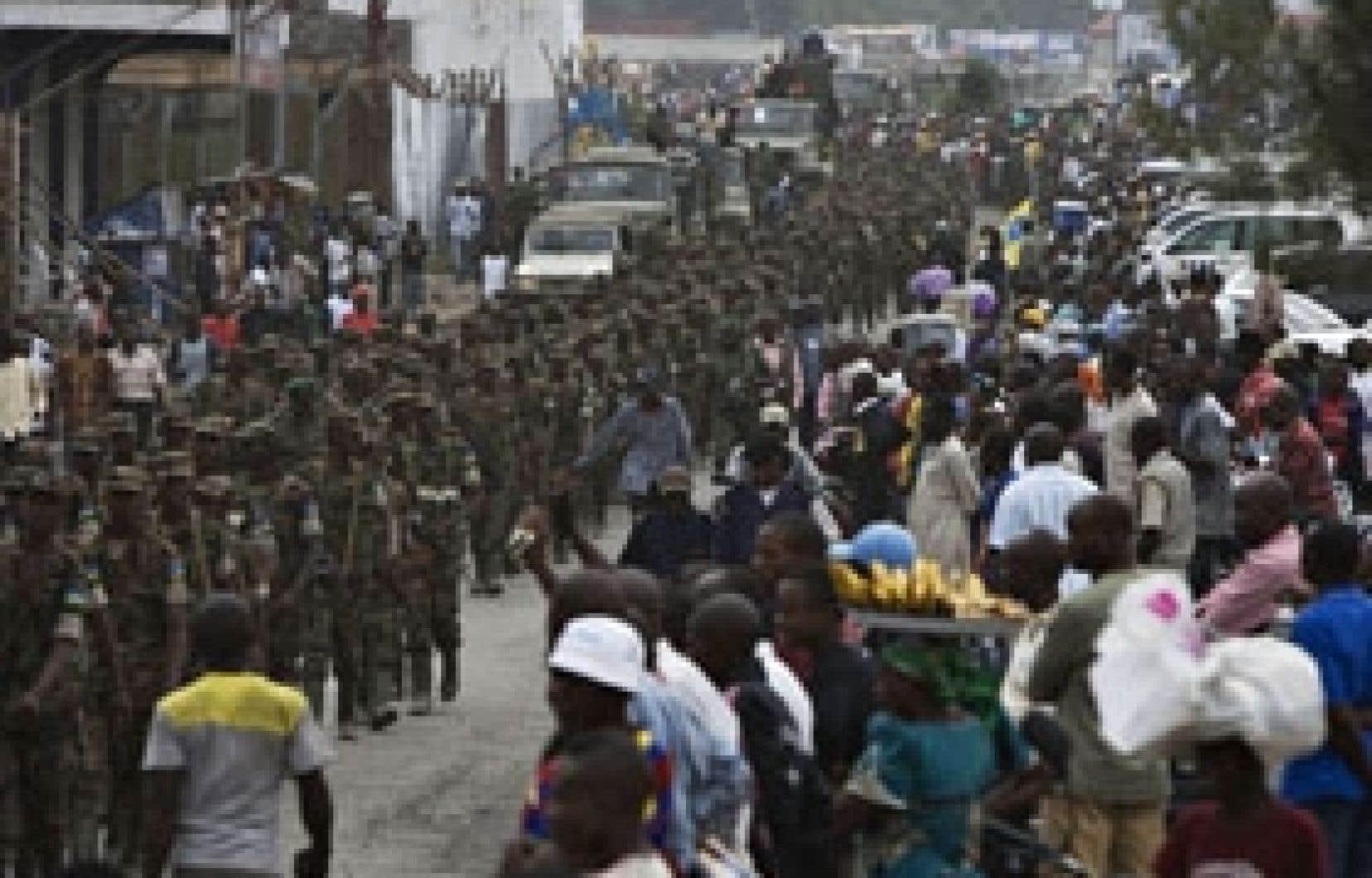 Les soldats rwandais ont été accueillis chez eux par une foule nombreuse.
