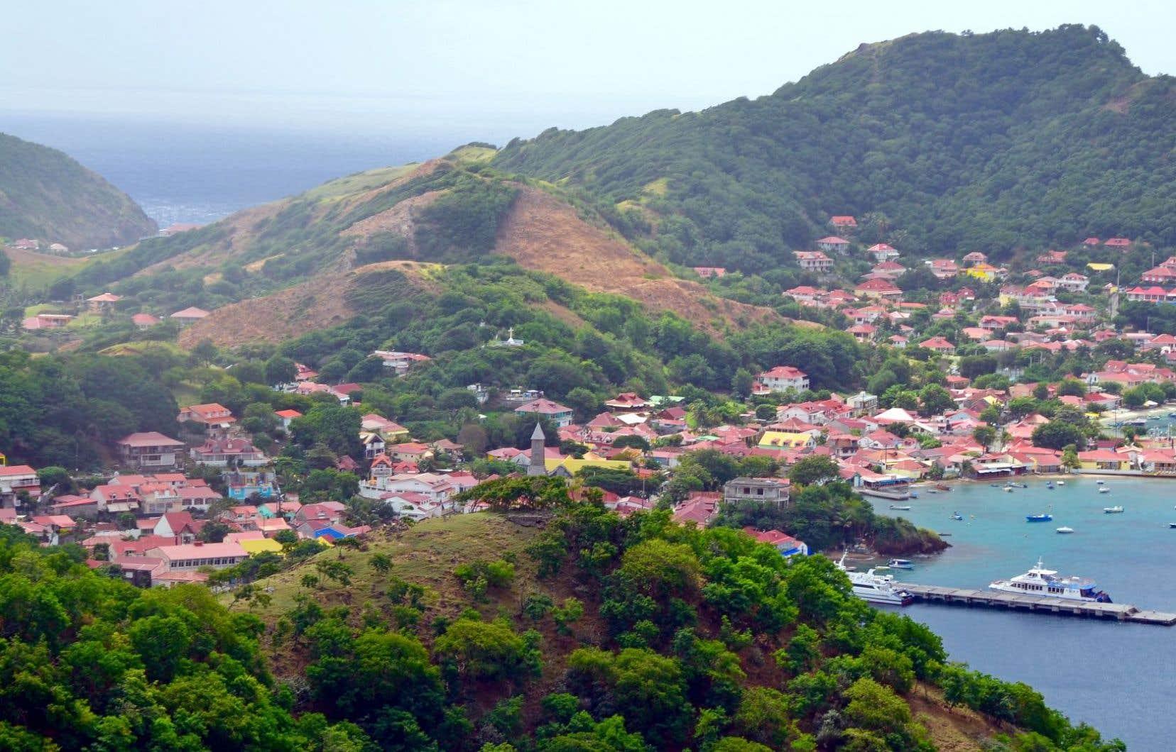 La rade de Terre-de-Haut et le village coloré du Bourg douillettement blotti entre les mornes