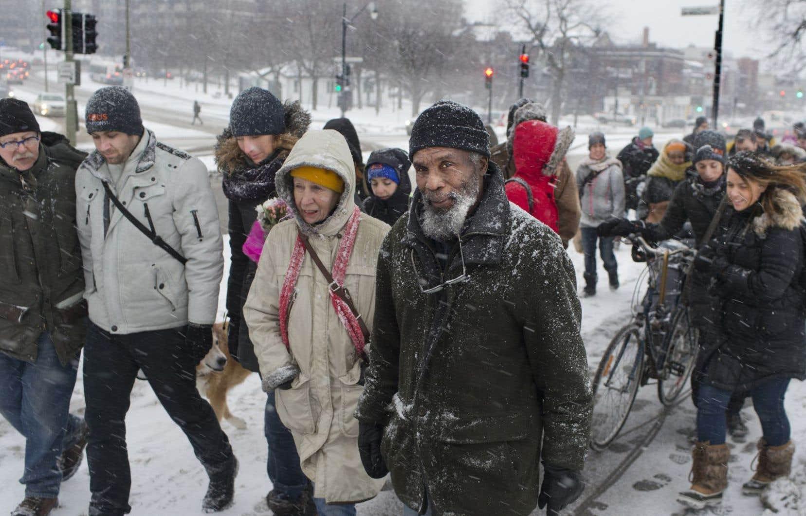 L'avenue du Parc à Montréal est problématique pour les piétons. Sur la photo, des marcheurs reviennent d'une vigile en mémoire de Concepción Cortacans, morte après avoir été heurtée par un véhicule.
