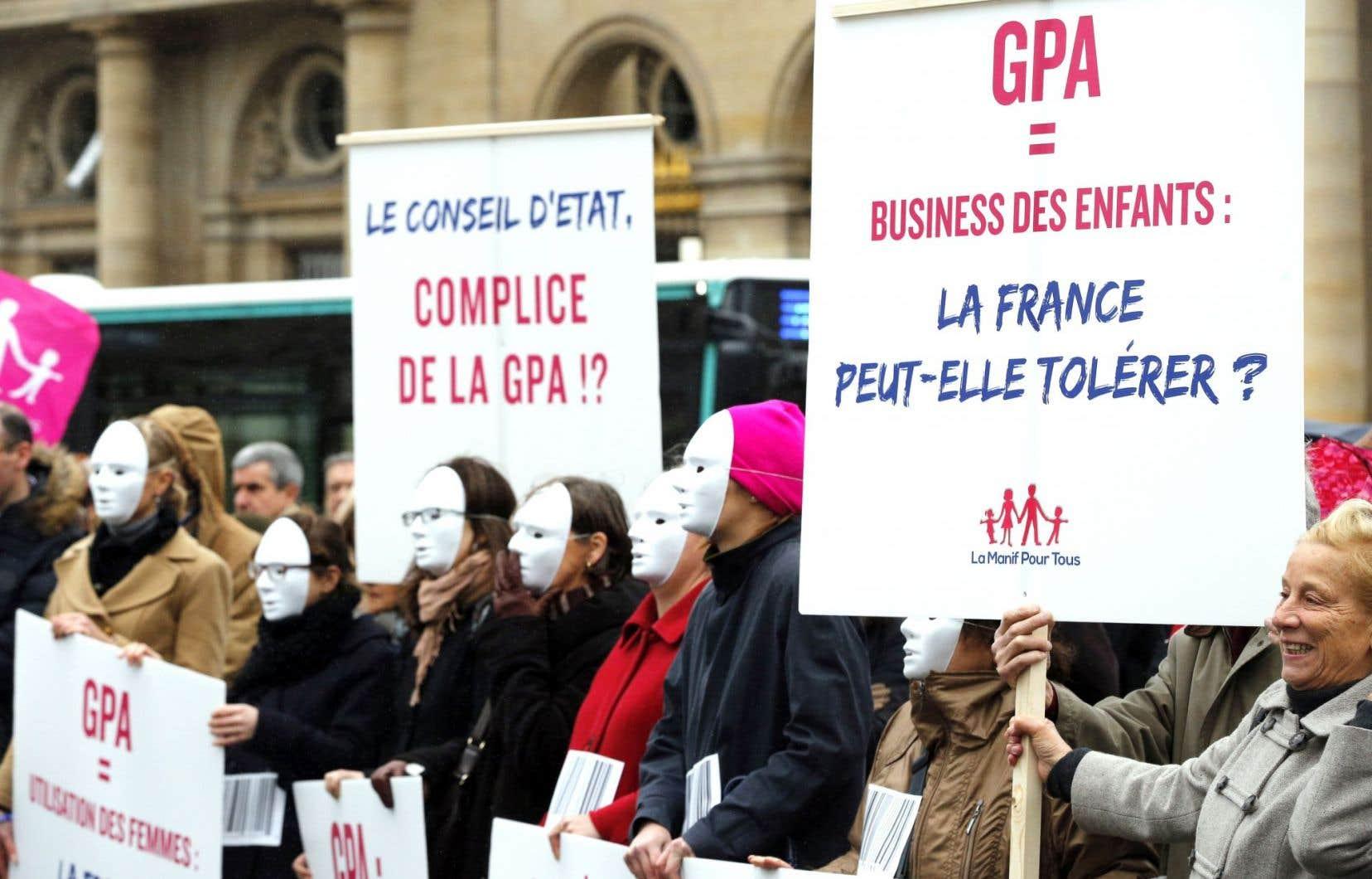 Manifestation contre la procréation pour autrui et le mariage pour tous à Paris en décembre 2014