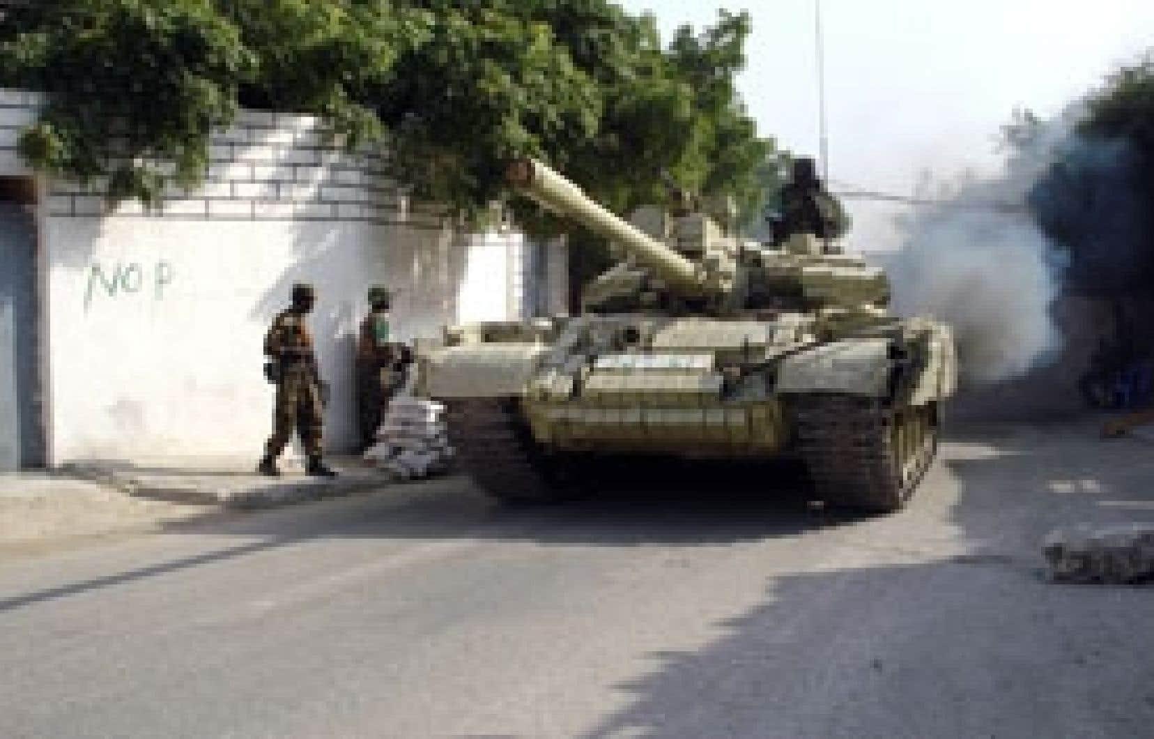 Des soldats ougandais de la force de paix de l'Union africaine devant le palais présidentiel à Mogadiscio.