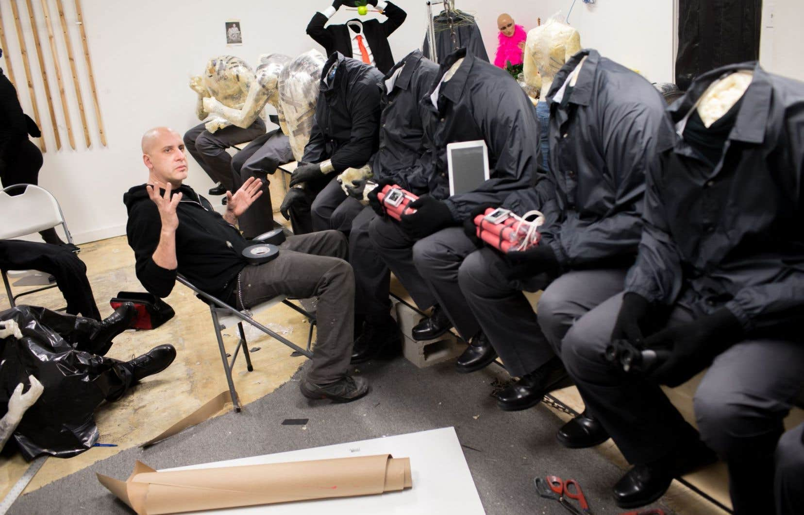 L'artiste de Washington Mark Jenkins, actuellement en résidence à l'Arsenal, dans l'atelier où il crée des personnages hyperréalistes placés dans des situations dérangeantes.