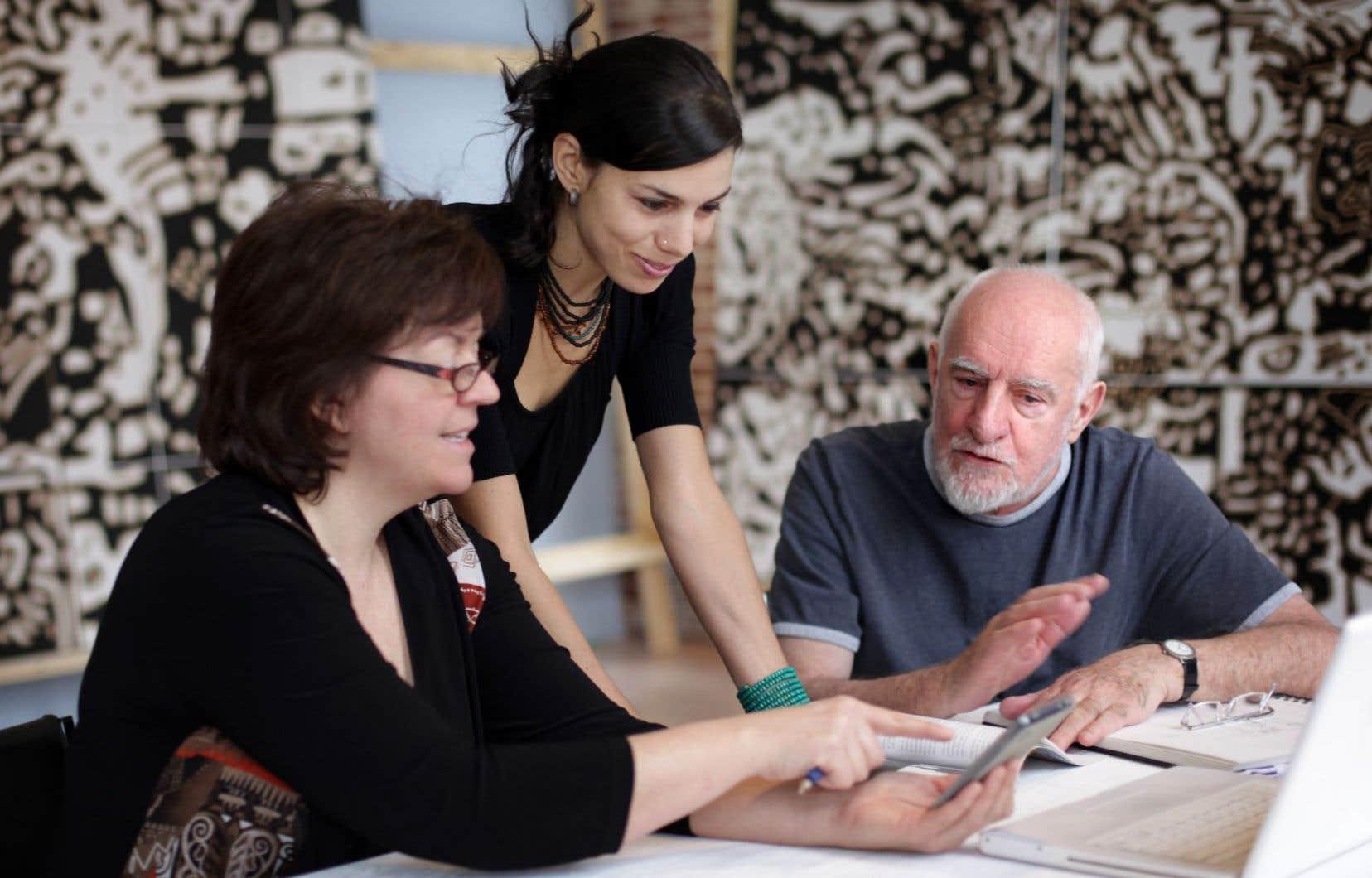 René Derouin, à droite, photographié lors du Symposium de 2013 en compagnie de Marie-Claude Cossette, administratrice (à gauche), et de Chloë Charce, commissaire invitée lors de cette édition de l'événement