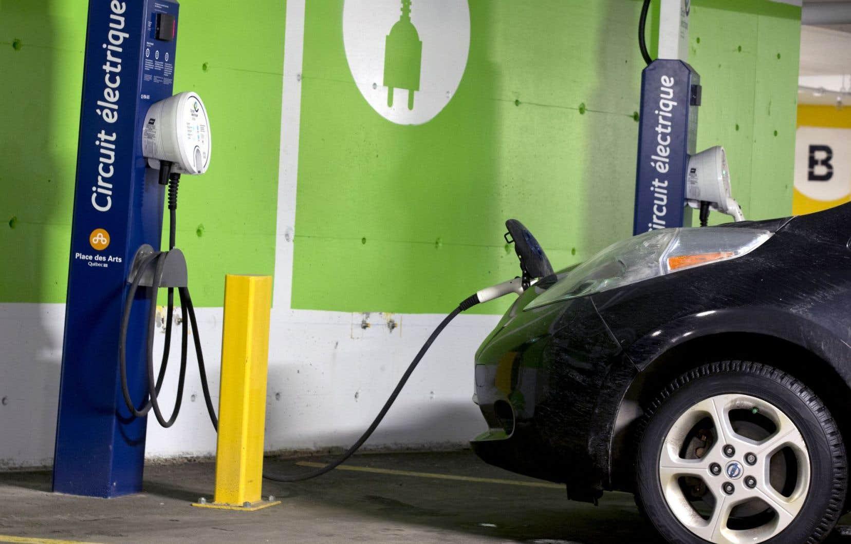 Vu la faible étendue du réseau de recharge, le nombre de kilomètres que peut parcourir une voiture électrique sans nécessiter une recharge demeure crucial aux yeux des consommateurs. Et, jusqu'ici, l'autonomie se payait très cher.