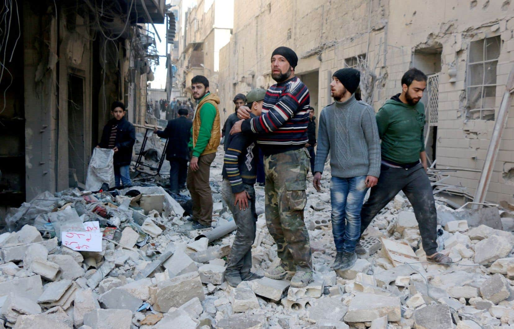 Des secouristes syriens cherchaient des survivants dans les décombres après des frappes aériennes dans un quartier d'Alep.