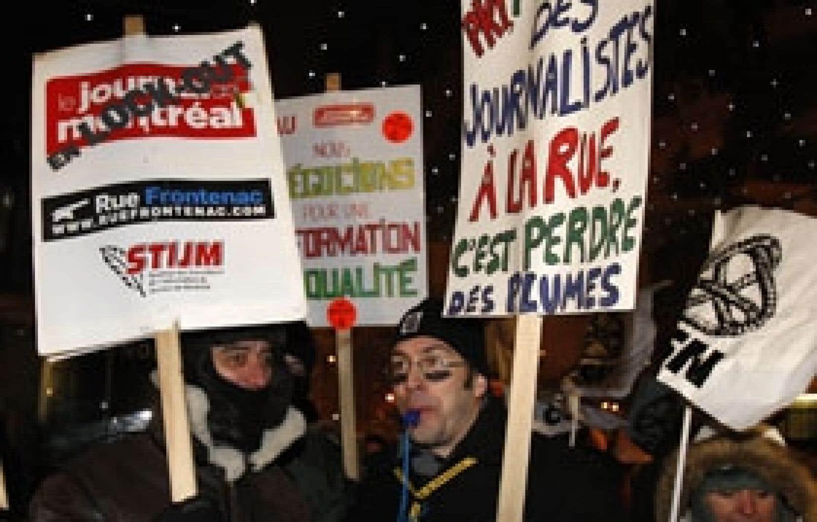 Pour souligner le premier mois de leur lock-out, une cinquantaine d'employés du Journal de Montréal manifestaient hier soir devant le Cinéma Impérial, dans le centre-ville de Montréal, où se tenait la première du film de Robert Ménard Le Bonheu