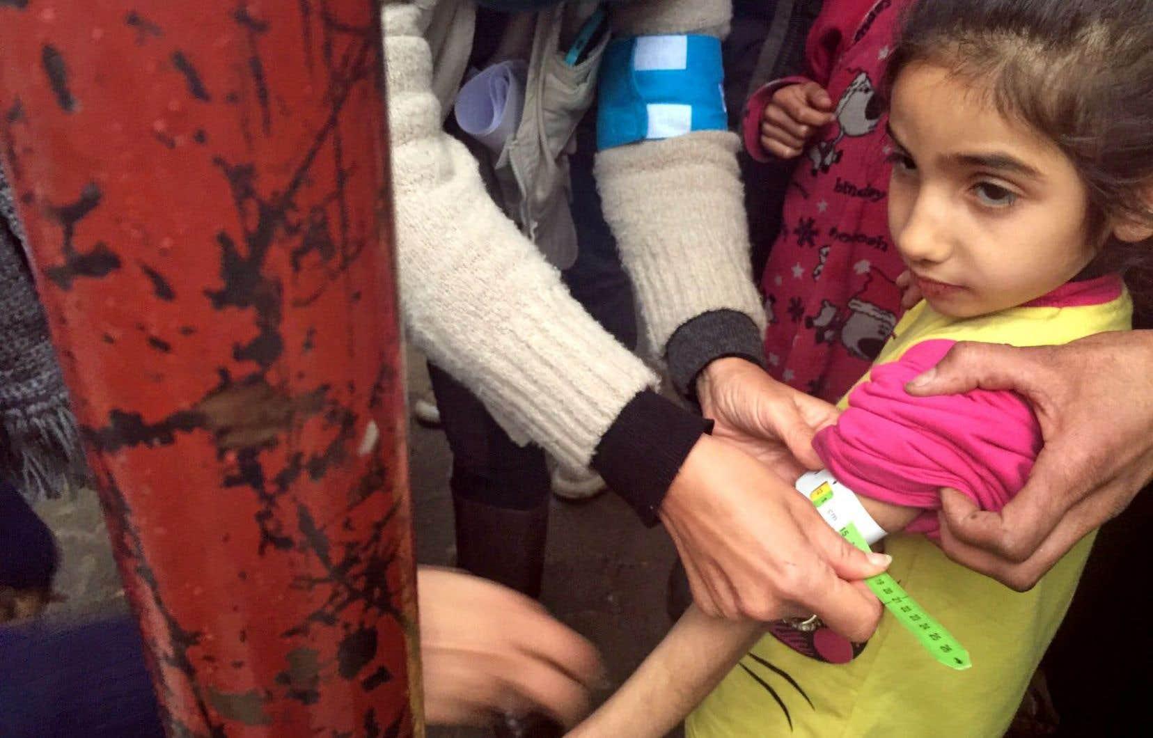 Une jeune fille de Madaya souffrant de sous-alimentation reçoit des soins de l'UNICEF.