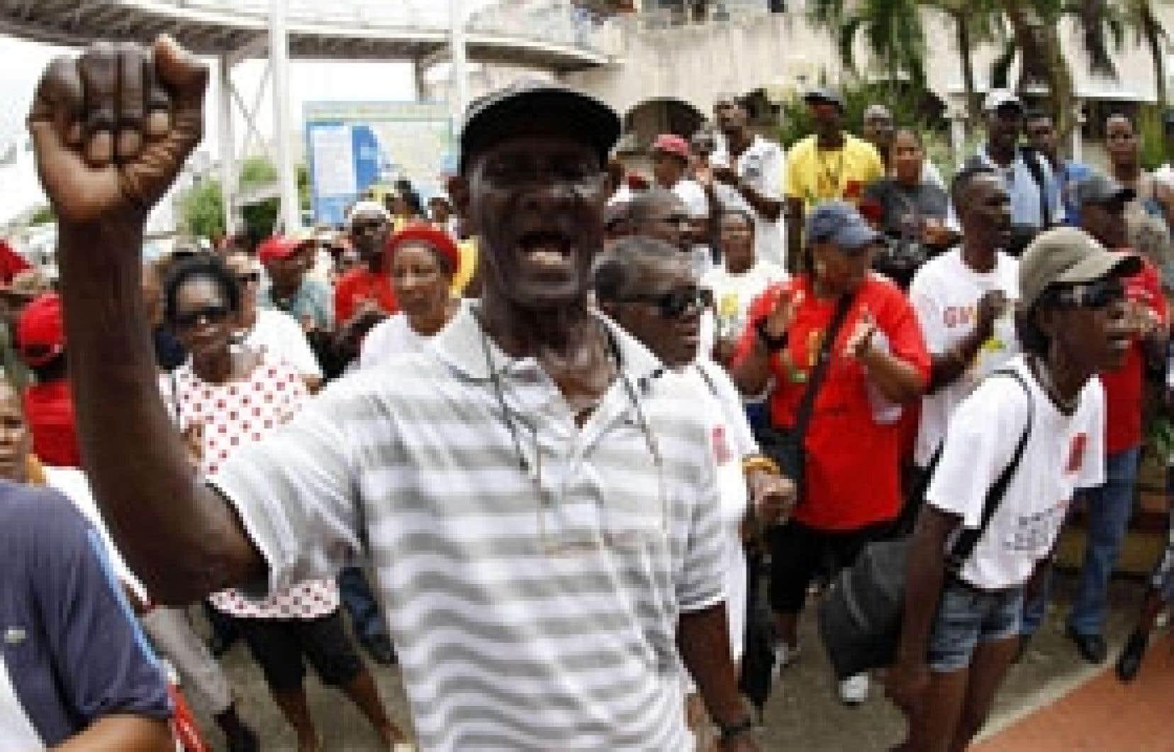La reprise hier des pourparlers amorcés la semaine dernière n'a pas empêché la tenue d'une manifestation à Pointe-à-Pitre.