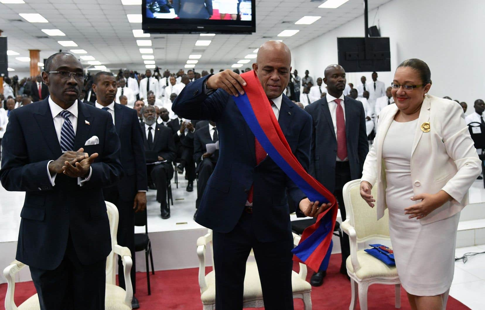 Michel Martelly rend son écharpe de président.