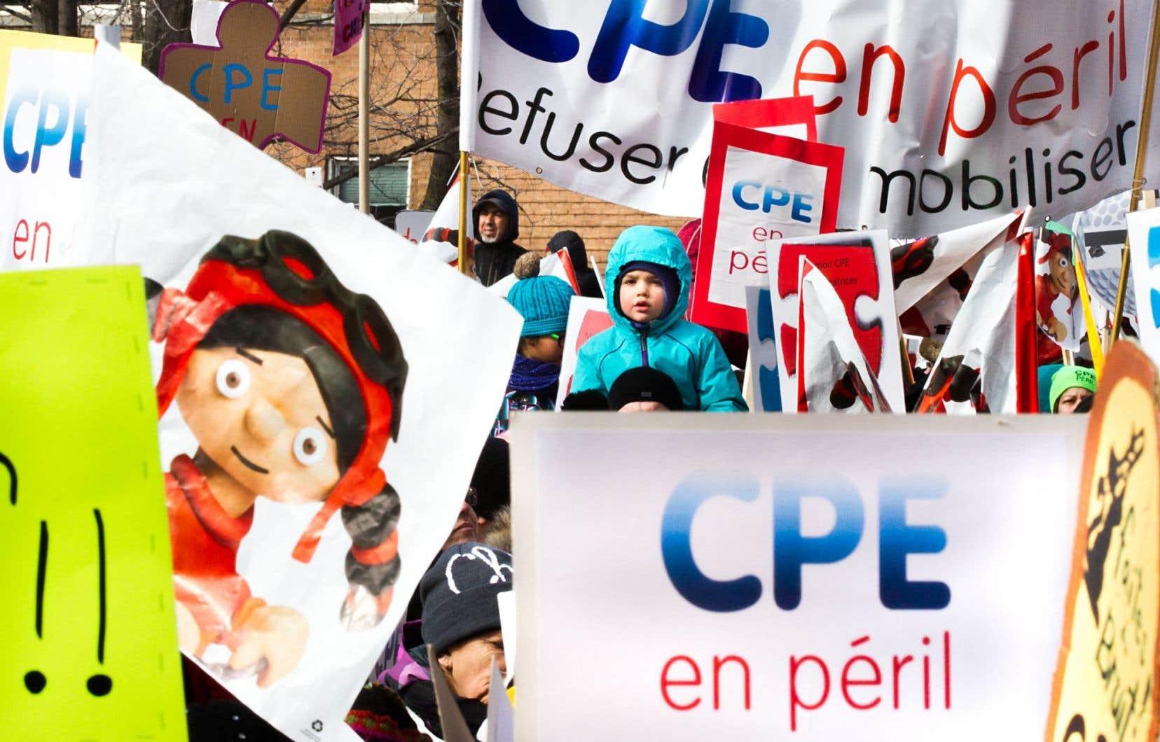 Des milliers de personnes ont manifesté dimanche place Émilie-Gamelin, à Montréal.