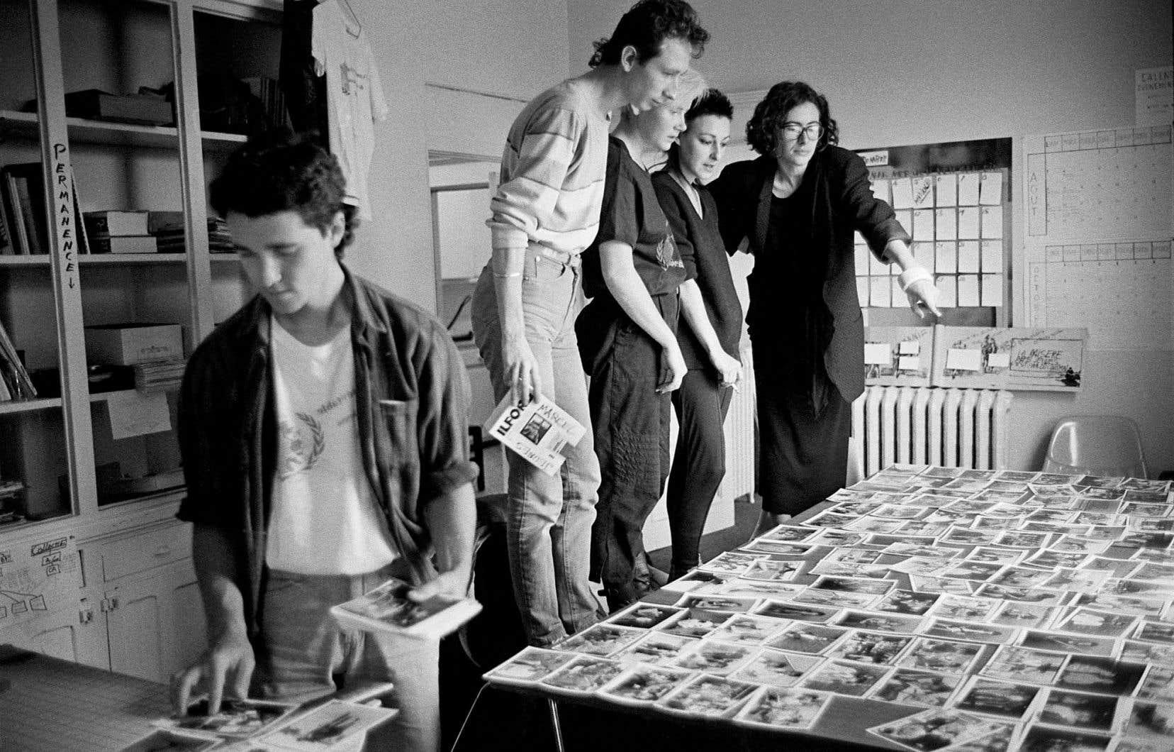 L'équipe de Vox Populi en pleine préparation de l'exposition «Je(u)ne c'est quoi?» présentée lors de l'événement Plein la gueule, en octobre 1985. Sur la photo: Marcel Blouin, Jean-Marc Ravatel, Cynthia Poirier, Danielle Bérard et Sophie Bellissent.