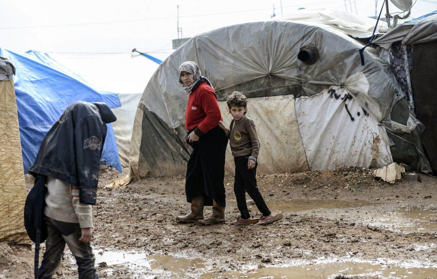 Des Syriens ayant fui Alep dans un camp de Bab al-Salama, au nord de la Syrie, près de la frontière avec la Turquie