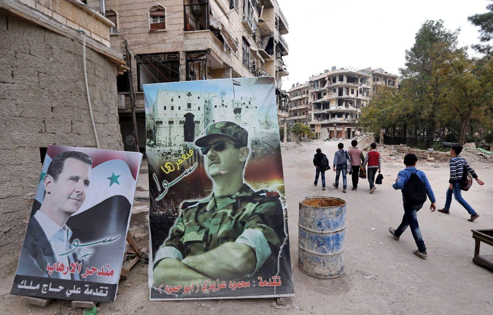 «La politique américaine laisse une fois de plus, pour des raisons diamétralement opposées, mais comme cela fut le cas avec les guerres de George W. Bush, un champ de ruines au Moyen-Orient», estime l'auteur. Ci-dessus, des affiches célèbrent le président syrien près d'Alep, en novembre 2014.