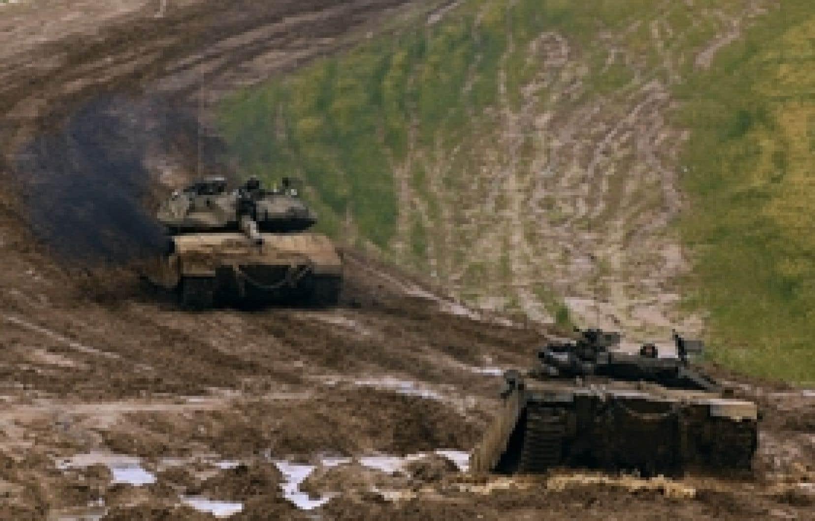Des chars israéliens manoeuvraient hier près de la bande de Gaza. La question palestinienne divise toujours Benjamin Nétanyahou et Tzipi Livni, qui n'ont pu s'entendre hier pour participer à un gouvernement de coalition.