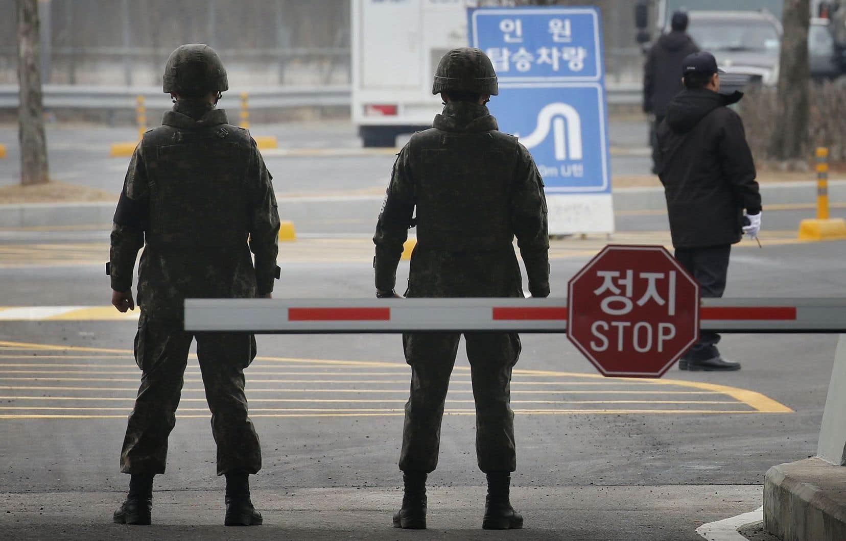 Des soldats montent la garde à la frontière de la zone démilitarisée séparant les deux Corées.