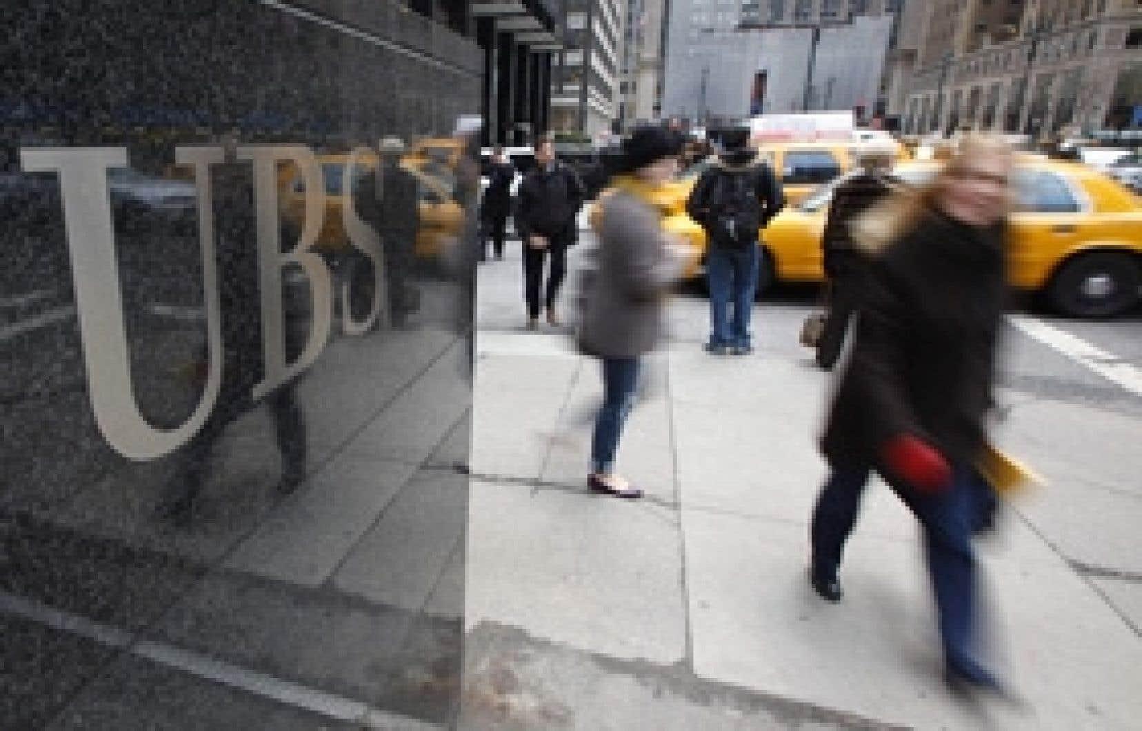 Des piétons passent devant les bureaux de la banque UBS sur Park Avenue, à New York.