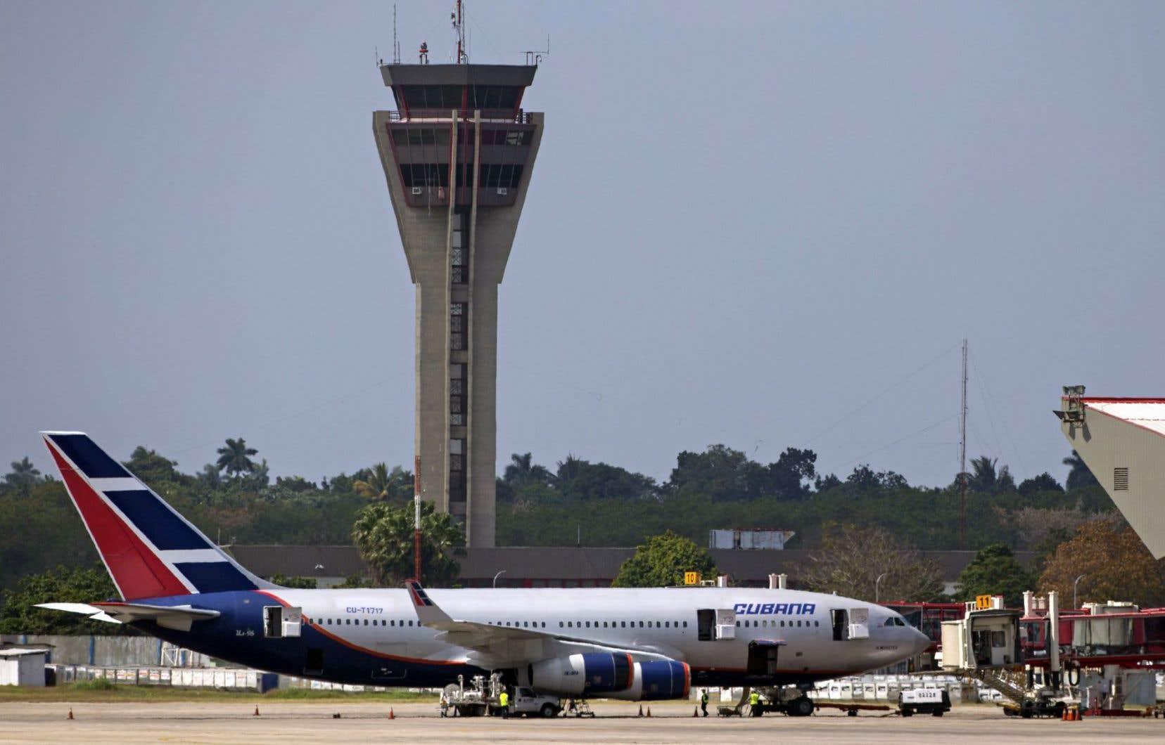 Un avion de la compagnie Cubana sur le tarmac de l'aéroport José-Martí, à La Havane