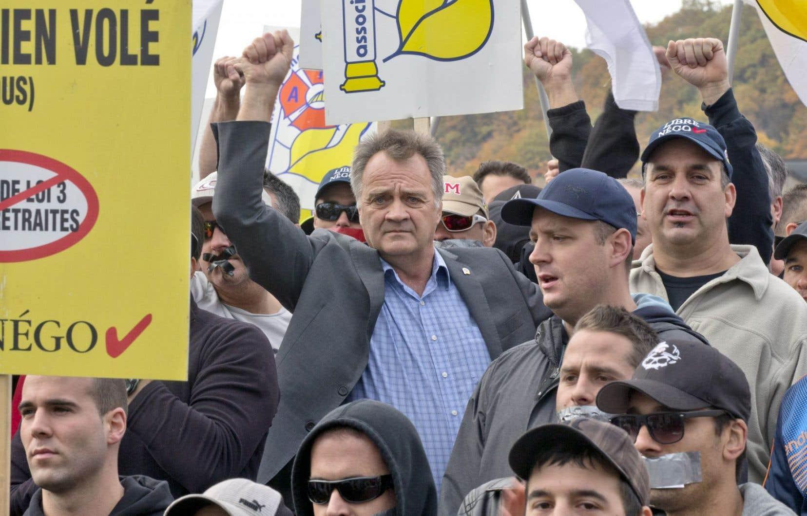 Le président de l'Association des pompiers de Montréal, Ronald Martin, fait partie des accusés.
