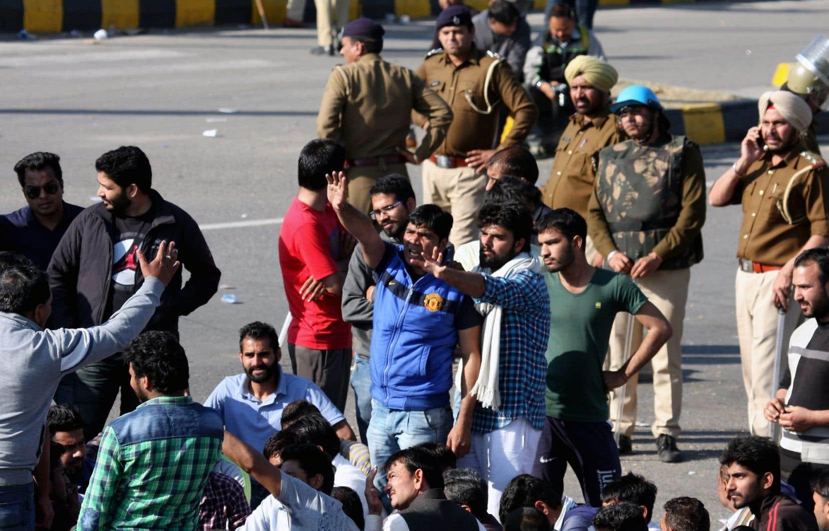 Des Jats bloquent l'autoroute reliant Chandigarh à Shimla.