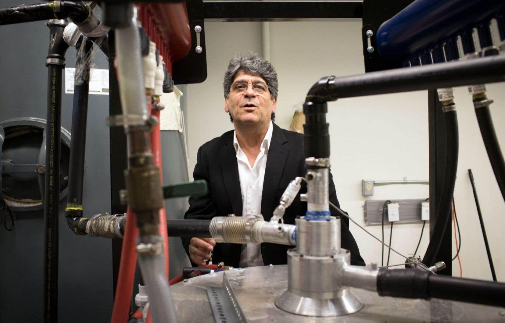 Georgios Vatistas, du Département de génie mécanique de l'Université Concordia, avec son échangeur thermique