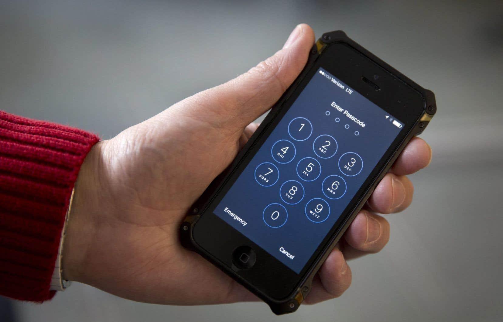 Les enquêteurs du FBI veulent pouvoir accéder au contenu de l'iPhone 5c de Sayed Farook, auteur avec sa femme Tashfeen Malik d'une tuerie en Californie.