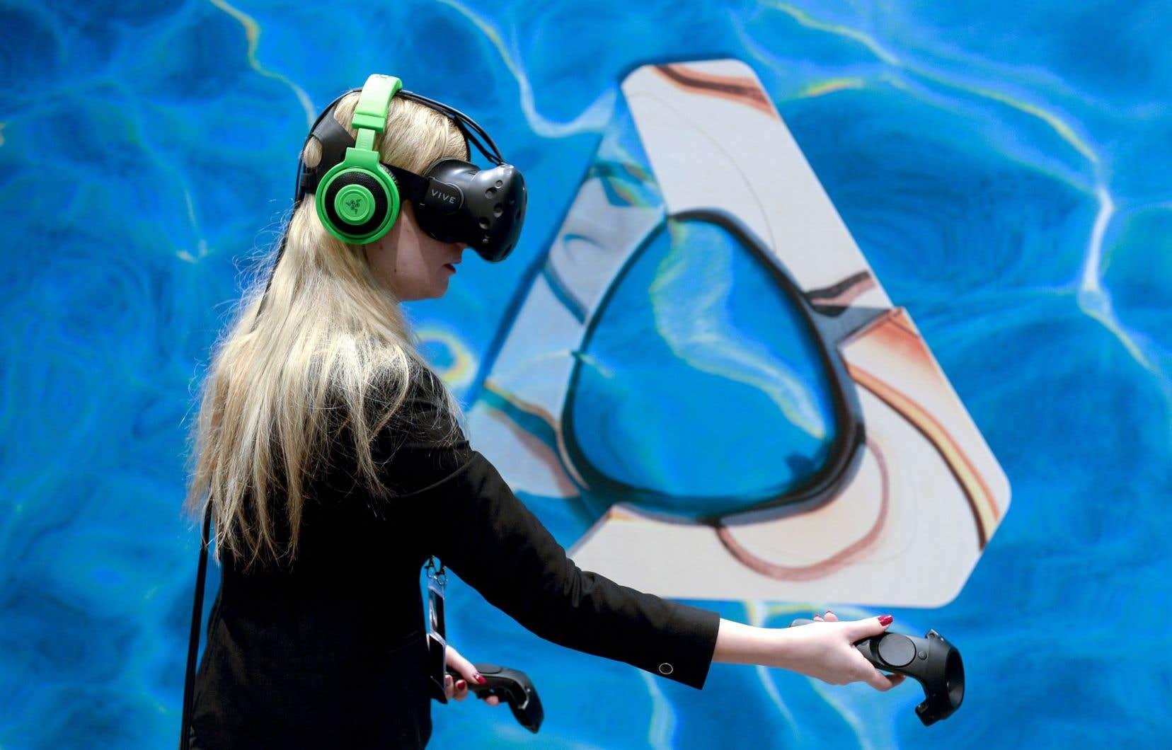 Une visiteuse au Congrès mondial de la téléphonie mobile, à Barcelone, expérimente un casque de réalité virtuelle.