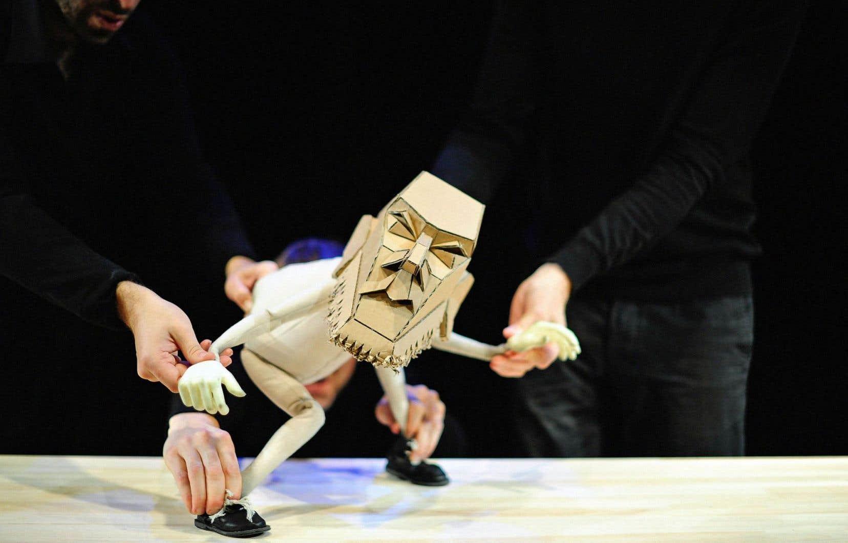 Le Blind Summit Theatre d'Angleterre présentera «The Table», qui met en scène un Moïse en pleine crise manipulé selon la technique du bunraku.