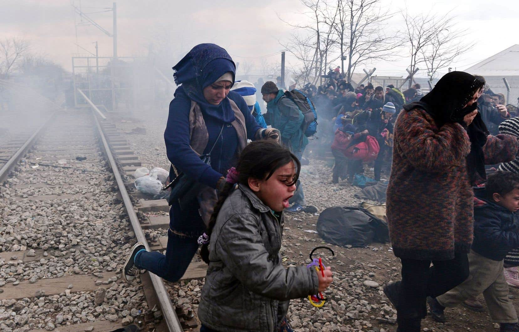Les policiers ont utilisé du gaz lacrymogène lundi pour disperser les migrants qui tentaient de franchir la frontière à Idomeni.