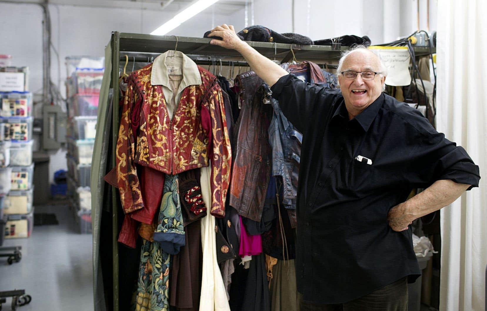 François Barbeau, costumier émérite et presque inventeur du métier au Québec, semble avoir inspiré le romancier Jean-Marc Beausoleil.