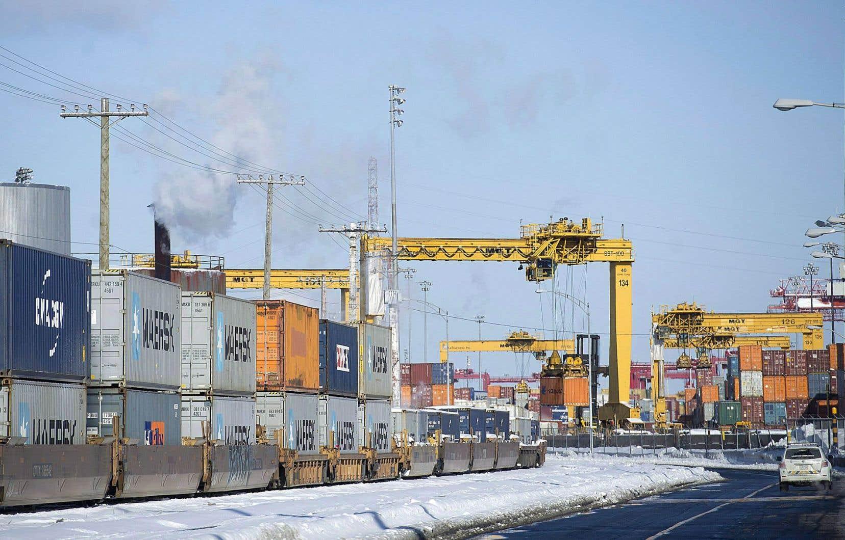 Dans le port de Montréal, des conteneurs attendent d'être dirigés vers leur destination finale. En janvier, les exportations du Canada vers les États-Unis ont augmenté, mais elles ont diminué vers les autres pays.