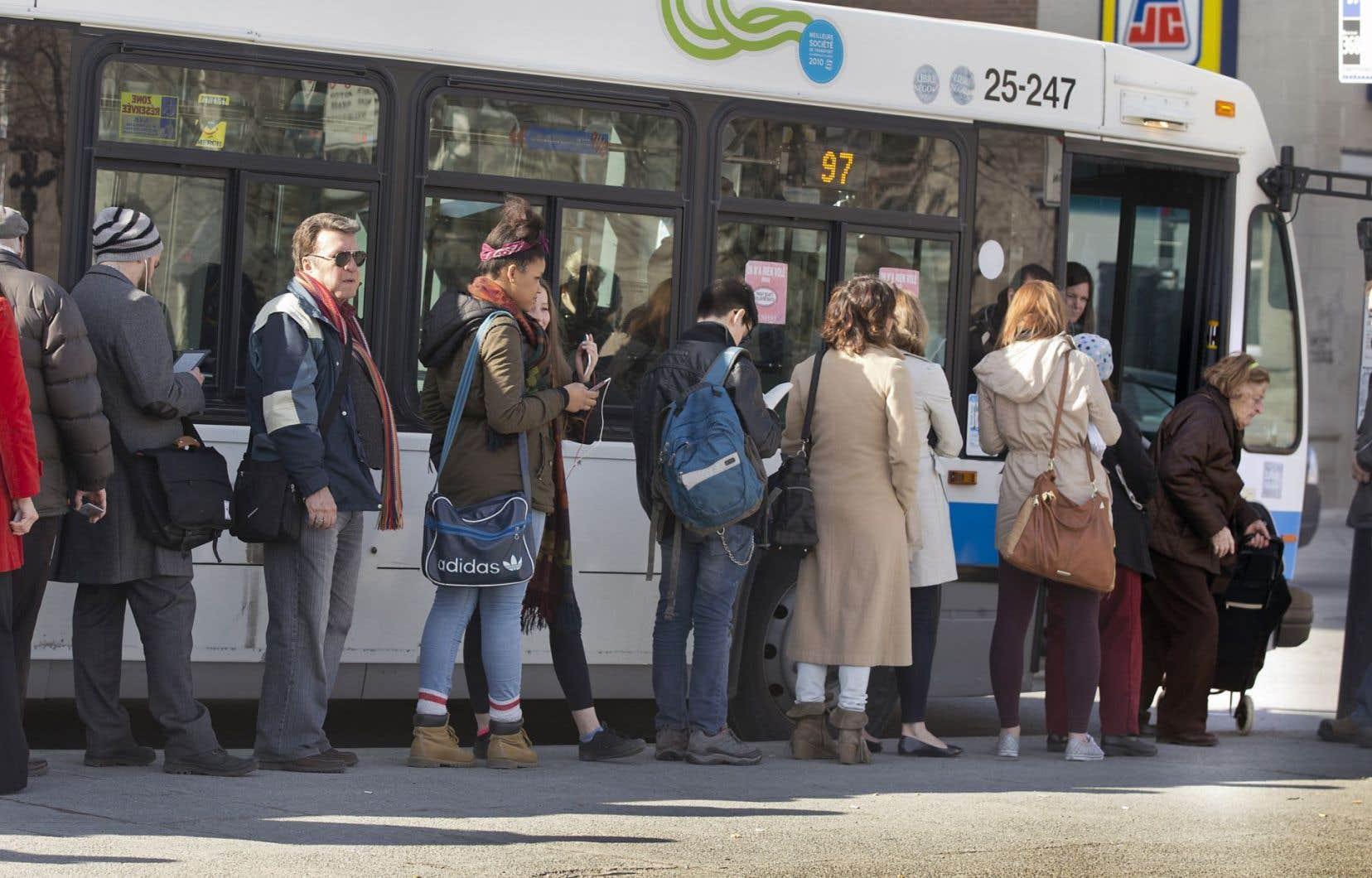 Usagers attendant de monter dans un autobus de la STM