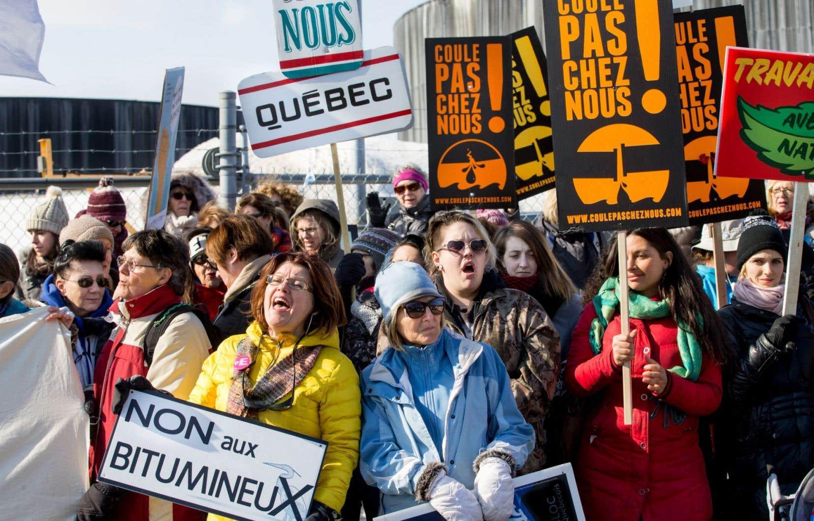 Des dizaines de femmes ont manifesté dimanche devant les installations pétrolières Kildair, à Sorel-Tracy, à la veille du début des audiences du BAPE sur le projet d'oléoduc Énergie Est.