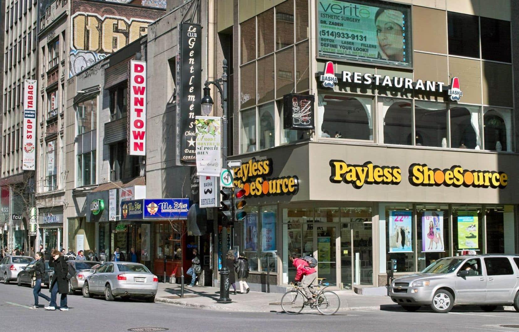 Dans les rues de Montréal, plusieurs commerçants contreviennent aux règlements sur l'affichage prévu par la loi 101.