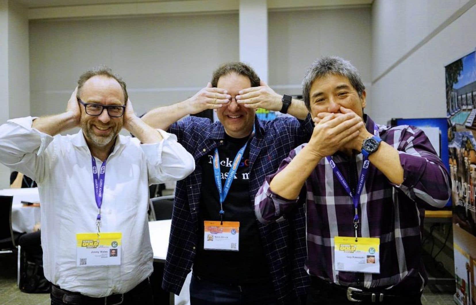 Jimmy Wales (à gauche), Kevin Mitnick, spécialiste en sécurité informatique, et Guy Kawasaki jouant aux singes de la sagesse dimanche lors du festival South by Southwest