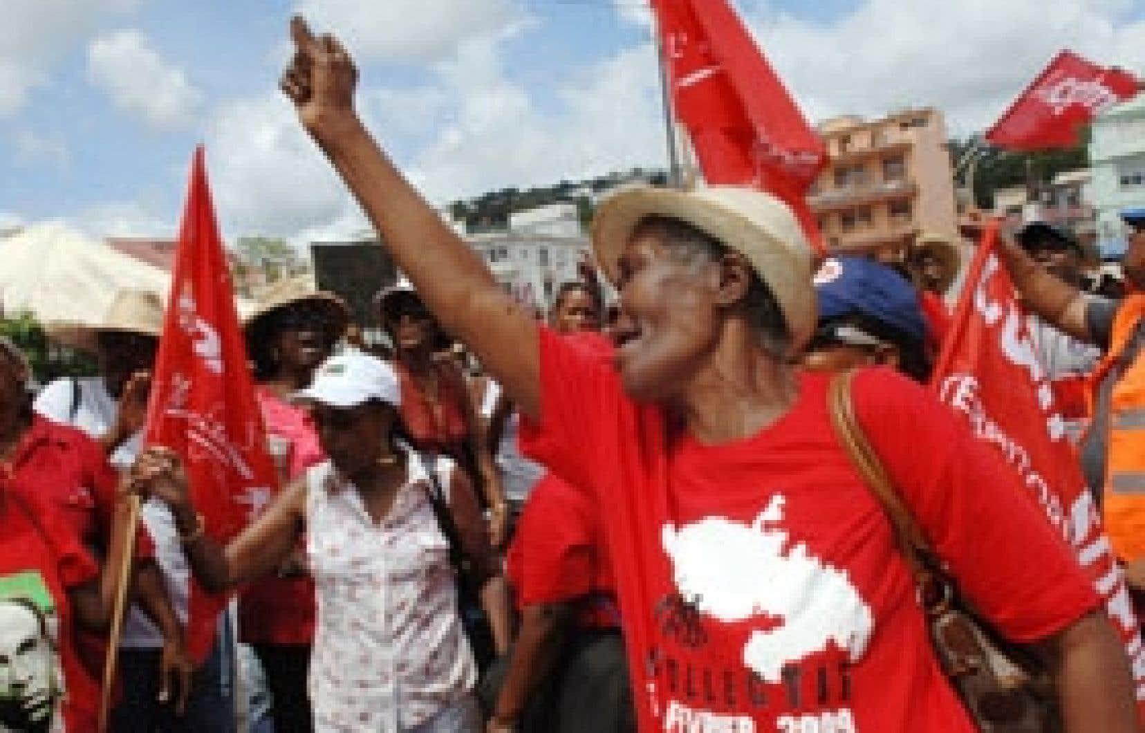 Les Martiniquais, eux aussi en grève, ont tenu à manifester hier leur solidarité au syndicaliste décédé à Pointe-à-Pitre.