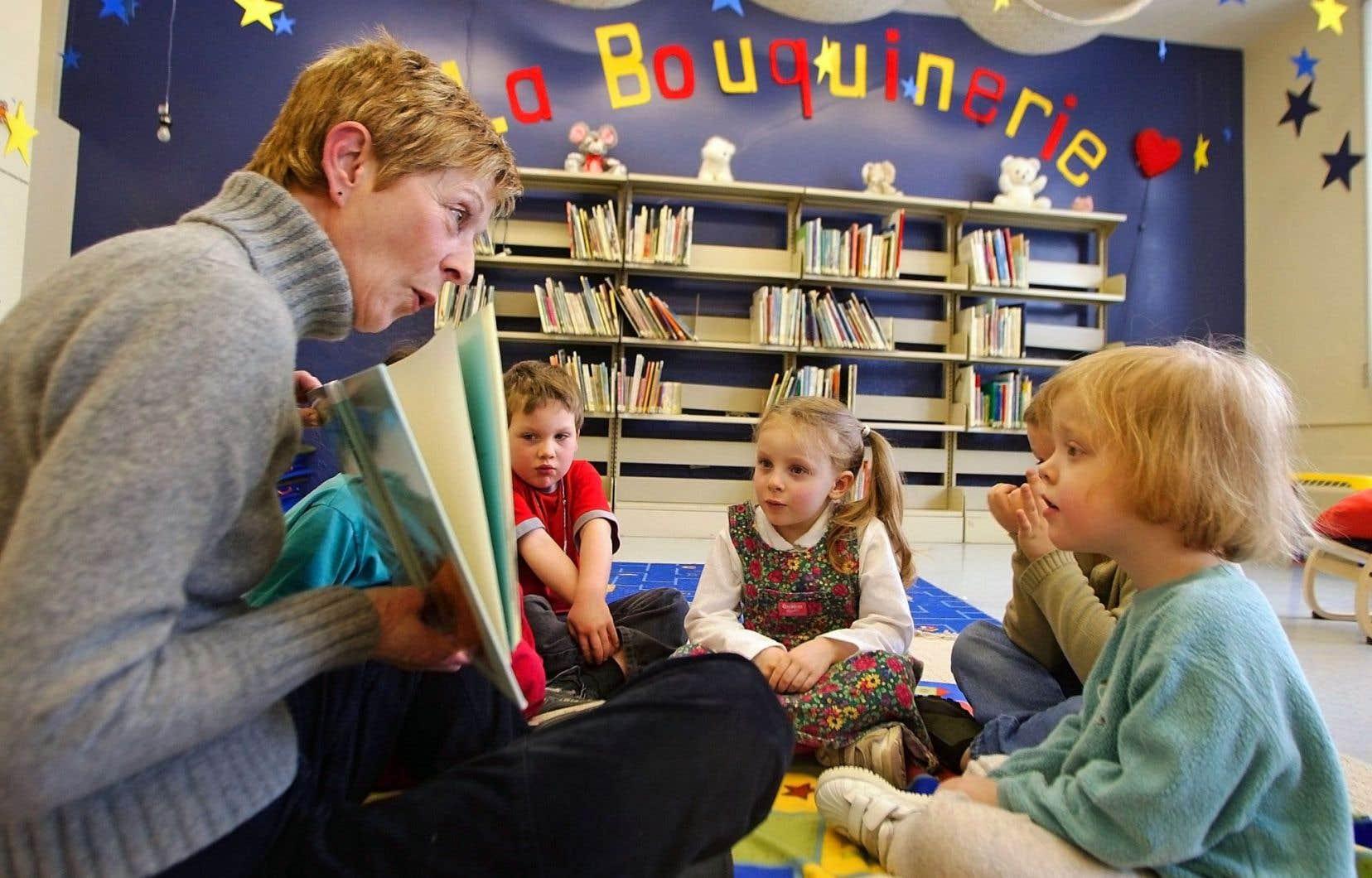 «La maîtrise du code [alphabétique] est essentielle à la réussite et on réalise que, dans les milieux favorisés, plusieurs élèves arrivent à l'école en sachant déjà leur alphabet, mais c'est moins le cas dans les milieux défavorisés», explique Monique Brodeur, doyenne de la Faculté des sciences de l'éducation à l'Université du Québec à Montréal (UQAM).