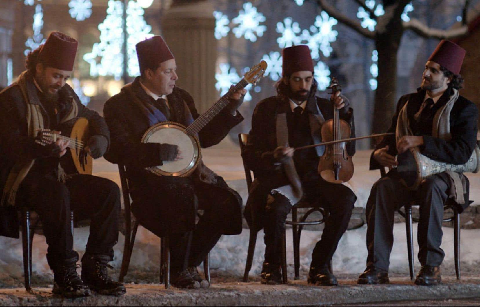Des musiciens arabes jouant de leurs instruments les pieds dans la neige donnent le ton de poésie d'un film aux symboles entrelacés.