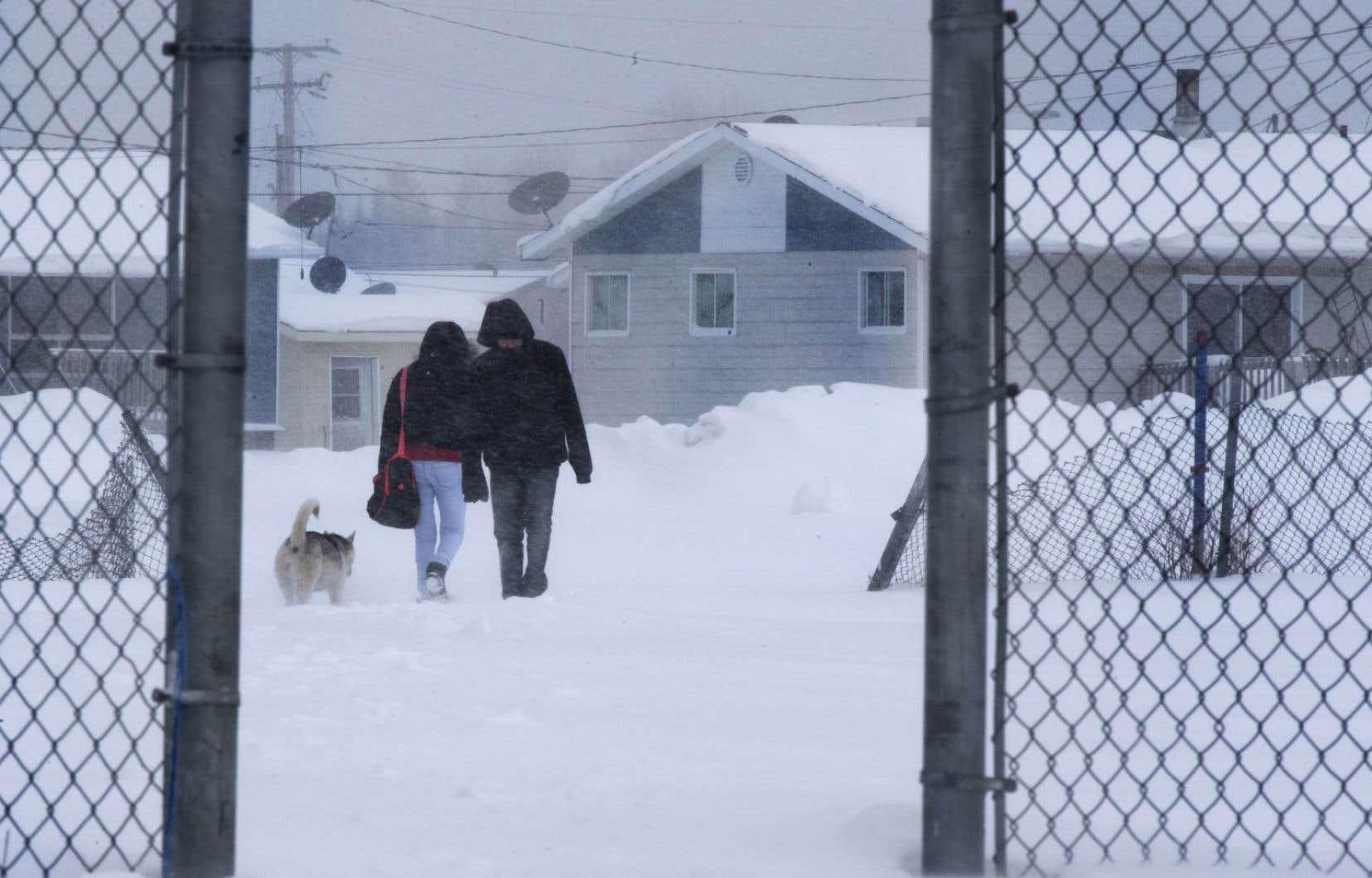 Le gouvernement Couillard bonifie l'aide pour augmenter la fréquence de la Cour itinérante en milieux cri et inuit. On compte améliorer la présence d'avocats sur place et on accroît le recours aux visioconférences.