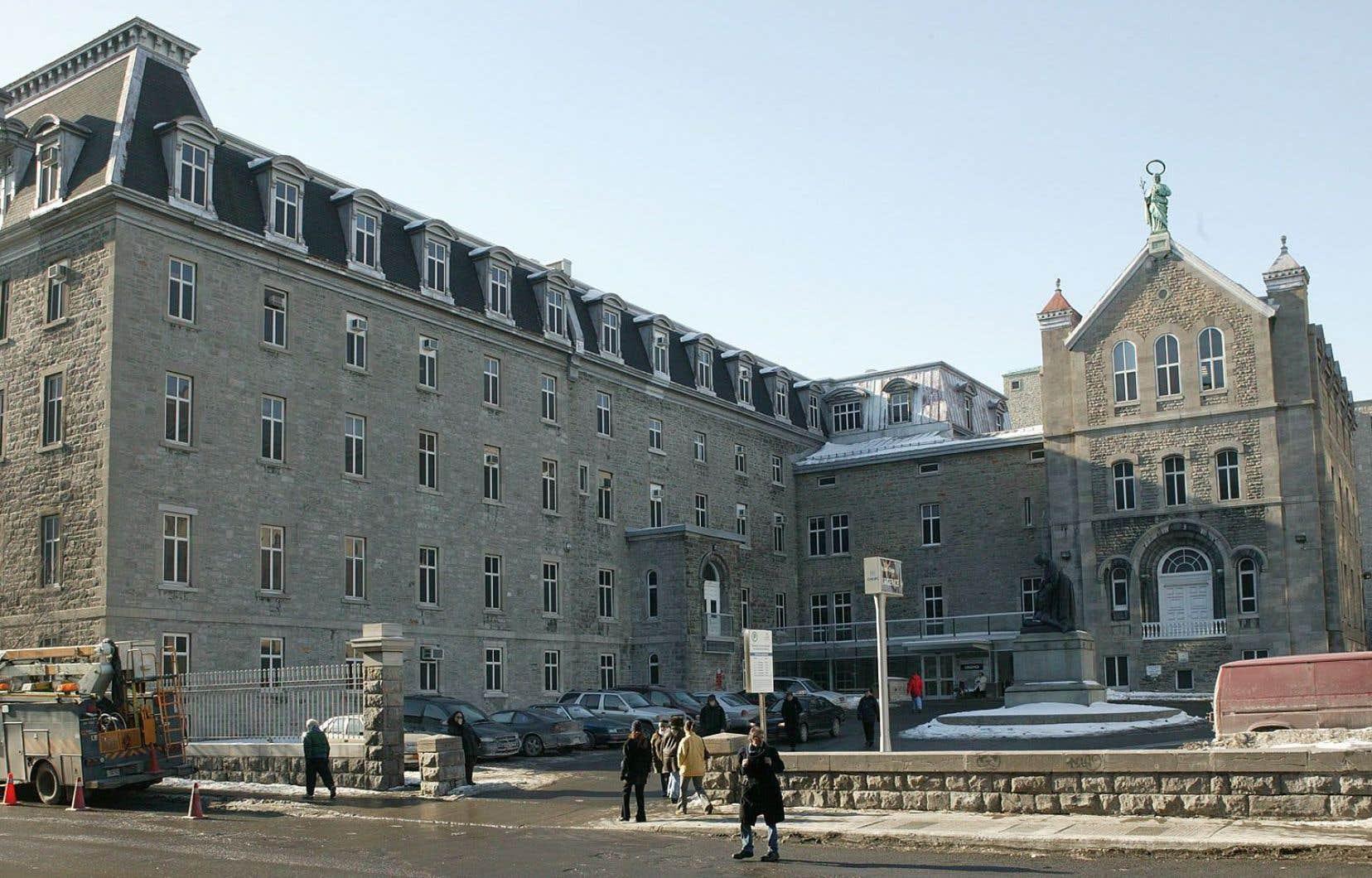 La cofondatrice de Montréal, Jeanne Mance, a fait construire le premier hôpital de la Nouvelle-France, l'Hôtel-Dieu, qui accueille alors nouveaux arrivants et autochtones.