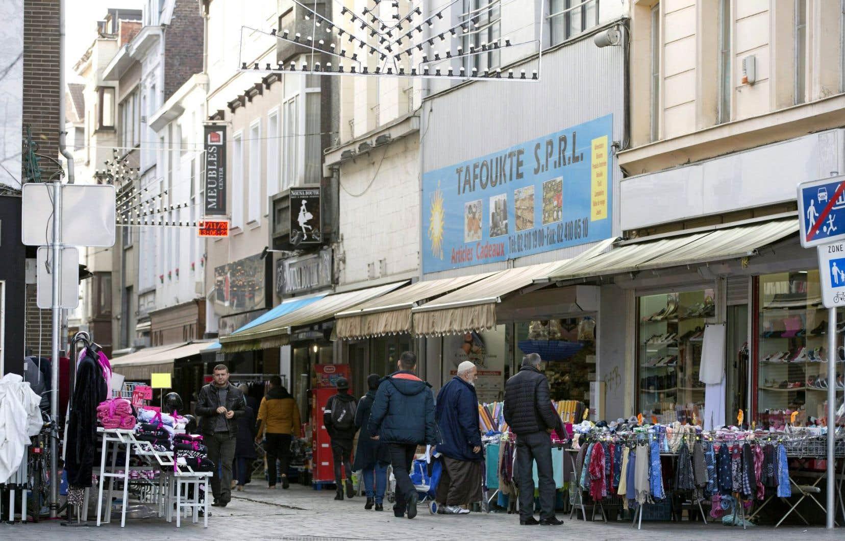 Comme d'autres quartiers défavorisés, Molenbeek abrite une forte population d'origine marocaine et fait face à un taux de chômage important.