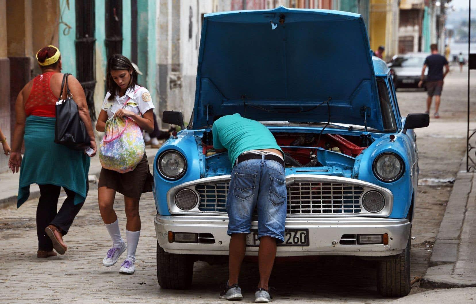 Une vieille voiture qu'un Cubain rafistole