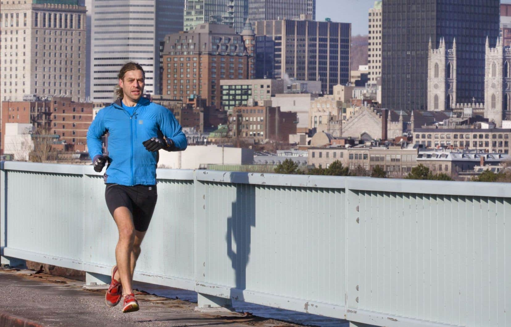 Entre petit galop et simplicité, Joan Roch, ultramarathonien «ultra-ordinaire», se sert de la course à pied comme moyen de transport quatre saisons et fait coup double en s'entraînant pour ses défis sportifs de longue haleine.